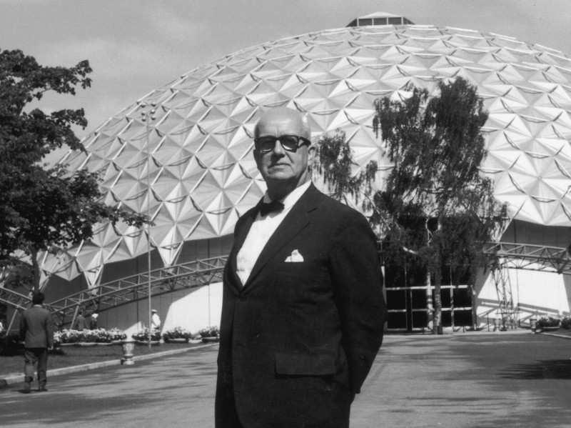 Тенсегрити придуман Бакминстером Фуллером, иконоборческим архитектором, инженером и поэтом, чтобы описать свое видение архитектуры нового типа, которая выглядела так, как будто она была построена природой, а не людьми.