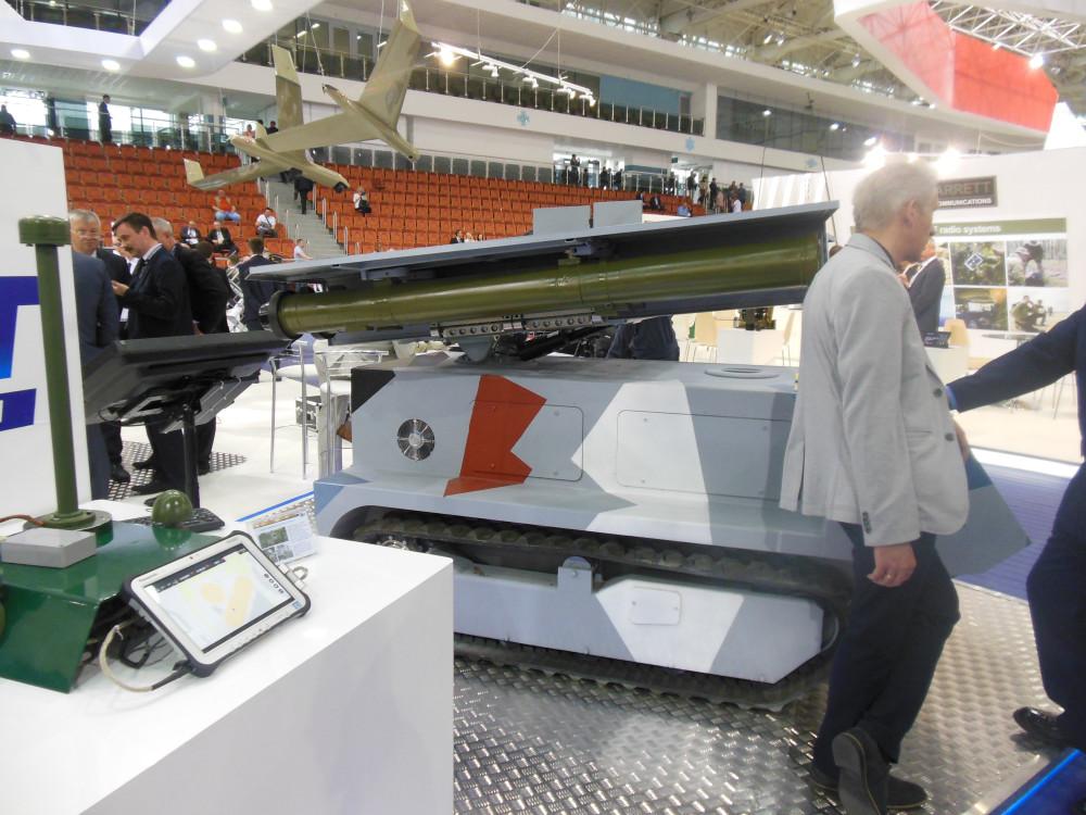 «Богомол» - это небольшой танк на дистанционном управлении. На его борту - четыре управляемых противотанковых ракеты. Он стреляют на 4 километра, цели определяются автоматически. «Водитель» «Богомола» может сидеть с пультом в защищенном месте. На открытой местности дальность связи - 5 километров, в городских условиях - 500 метров. Пока «Богомол» существует в единственном экземпляре.