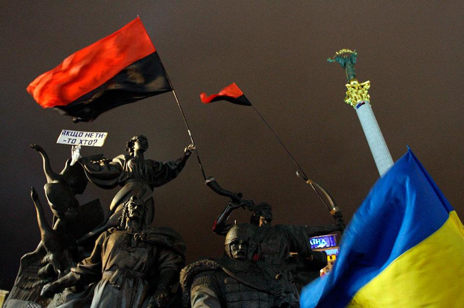 Бандеровский флаг над Украиной