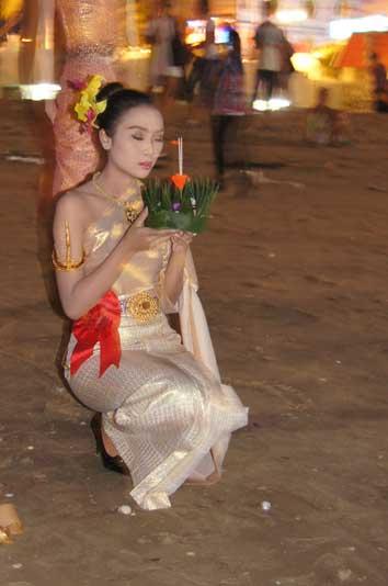 Ораван - пускает на воду Лой Кратонг