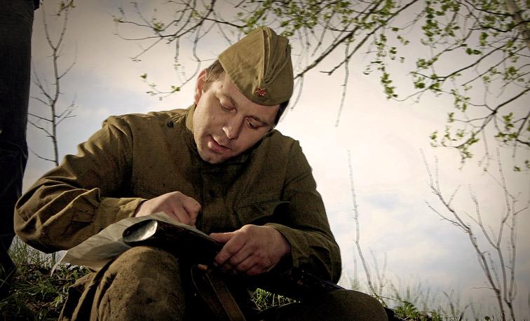 солдат пишет письмо