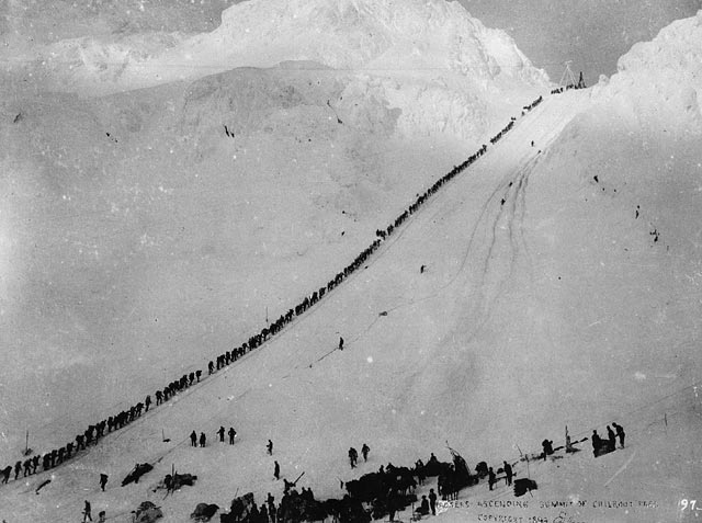 Miners_climb_Chilkoot (1)