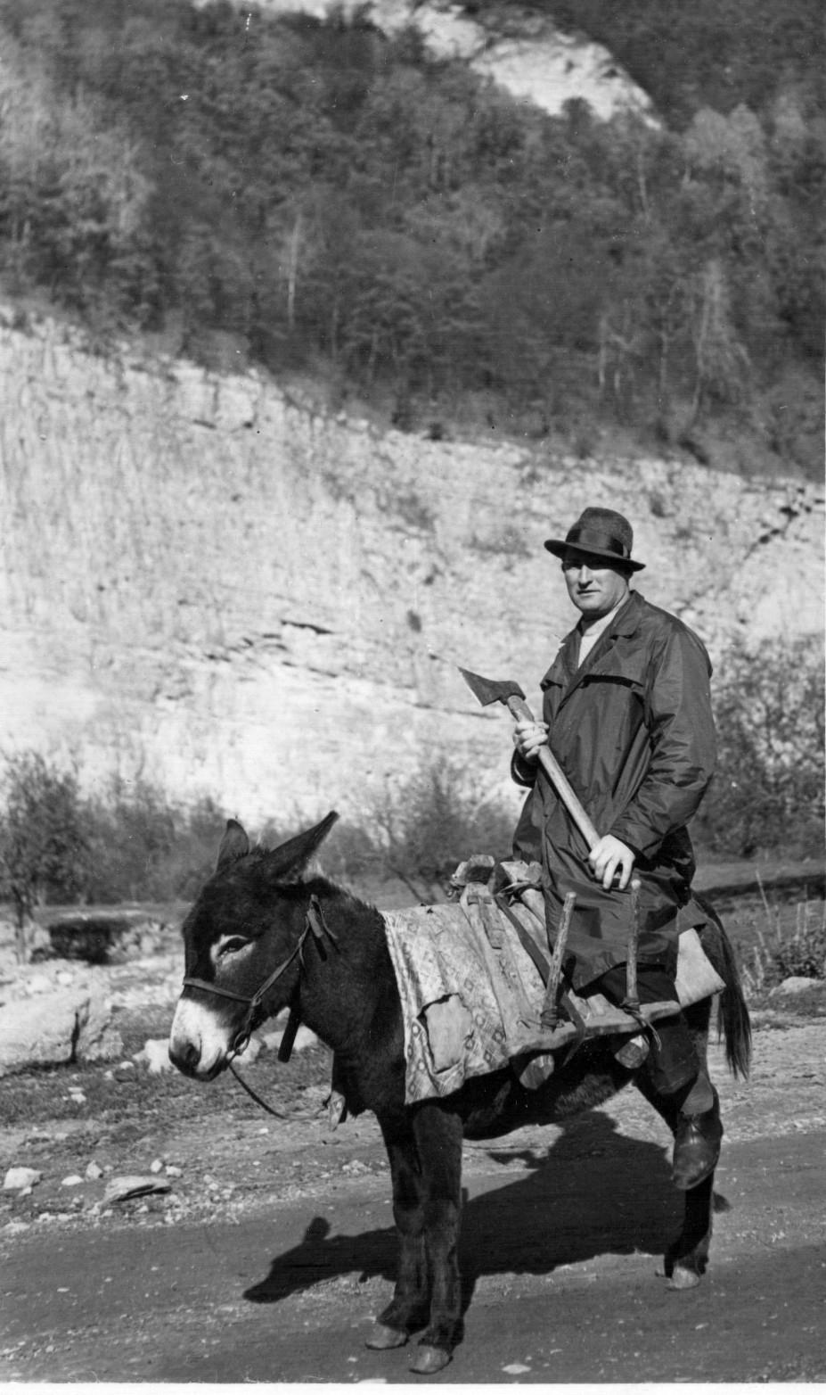 Где-то на дорогах Северного Кавказа... За хворостом собрался на ослике (в шляпе и плаще-болонье)? 1965.