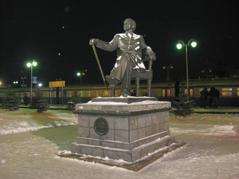 Станция Сергиев Посад. Памятник Савве Мамонтову. Январь 2009 г.