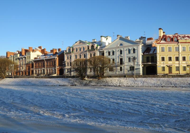 Псков. Отреставрированные дома в центре города. Река Пскова замерзла за одну ночь. Красиво - мороз и солнце, но дубак был еще тот (и в Москве тоже), передвигались короткими перебежками. Такое в последние годы было скорее исключением, чем правилом. Январь 2017 г.