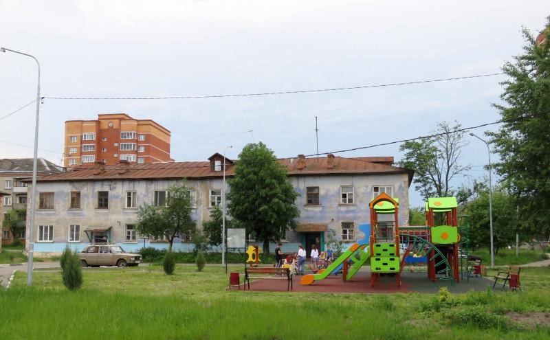Дома для рабочих фабрики, выстроенные в советское время. Явно нуждаются в косметическом, а может, и в капитальном ремонте.  Район Платочки может стать одной из точек притяжения для туристов, и если все постройки здесь будут выглядеть прилично, это пойдет только на пользу городу в целом. Лето 2020 г.