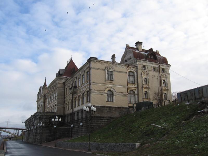 Здание Рыбинского музея на Волжской набережной ― бывшая Хлебная биржа. Ноябрь 2007 г.