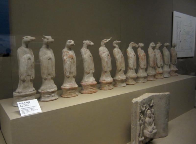 Вот они, голубчики! Все двенадцать знаков китайского зодиака, так и стоят вместе со времен династии Тан (618-907). Ныне размещаются в Историческом музее провинции Шэньси (город Сиань).