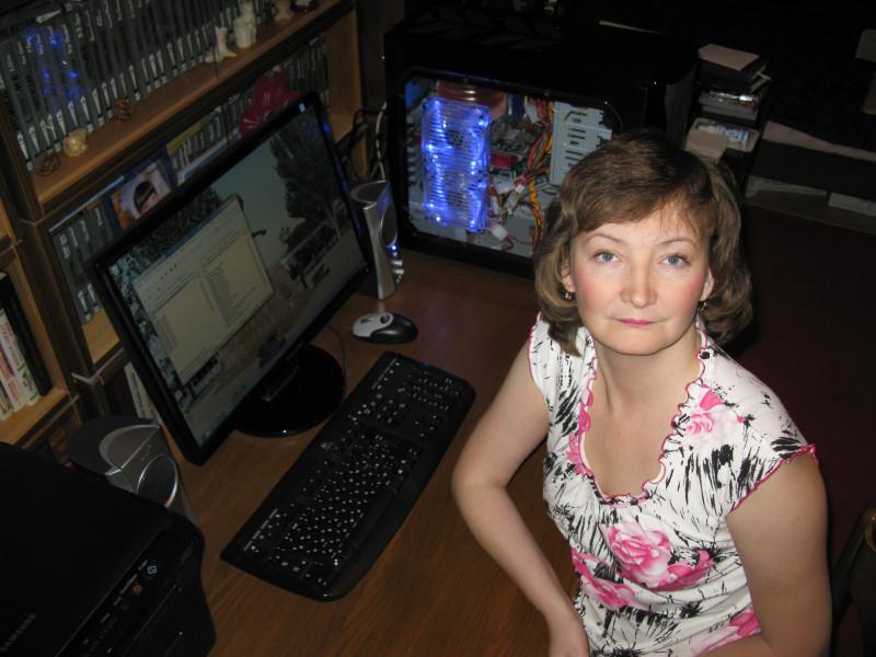 Еще со старым компьютером. Наташа, ноябрь 2009 г. Компьютеры с тех пор стали еще круче, а мы... чуть повзрослели.