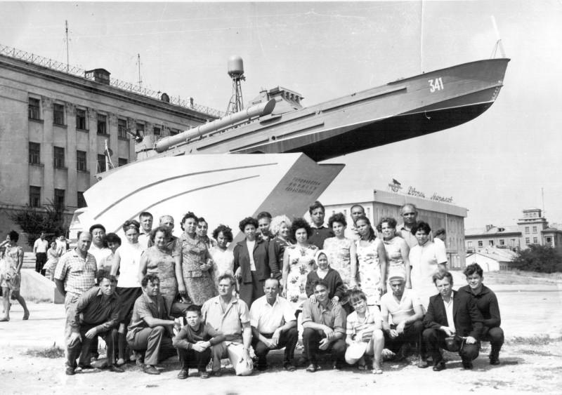 """Экскурсия из Геленджика в Новороссийск и на Малую землю. Август 1970 г. Третий и четвертый слева в первом ряду — это мы с отцом. Отдыхали в горняцком санатории """"Полярная звезда""""."""