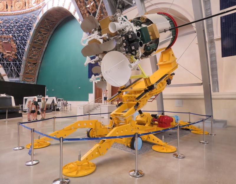 """Космический аппарат связи  """"Экспресс-АМ"""". Первый запуск состоялся 29 декабря 2003 г."""