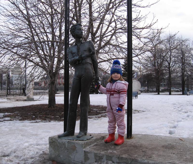 А здесь поэт, как говорят, в натуральный рост, 166 см. Вы выше или ниже месье Пушкина, мадемуазель?