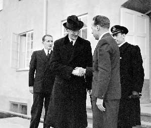 King Haakon greets director Gunnar Randers during the opening of the Nuclear Institute at Kjeller outside Oslo November 28th 1951.  At that time Norway had abandoned its plans for nuclear weapons.  PHOTO: SCANPIX