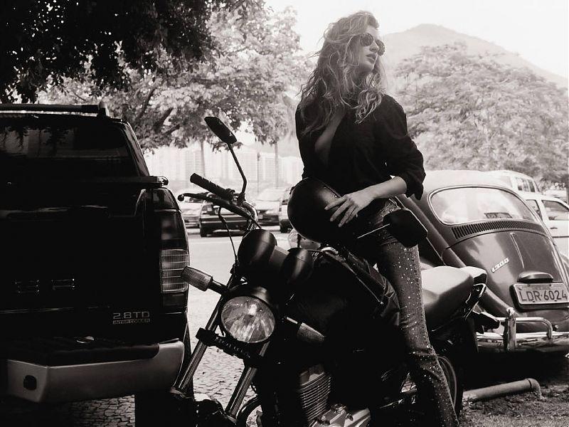 Gisele_Bundchen_on_MotorBike