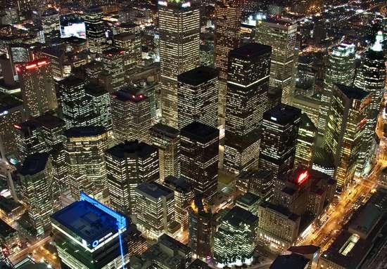 Earth Hour - фотографии Toronto, сделанные до и после отключения света и оживленные с помощью javascript
