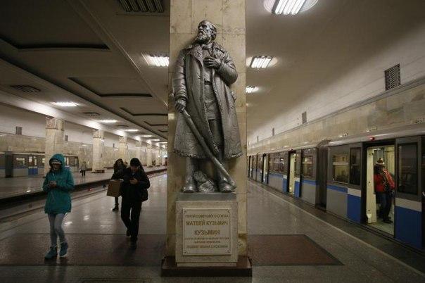 КУЗЬМИЧ. Памятник в Москве на станции метро Партизанская