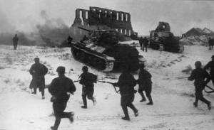 Советские бойцы при поддержке танка Т-34 идут в атаку у Калача