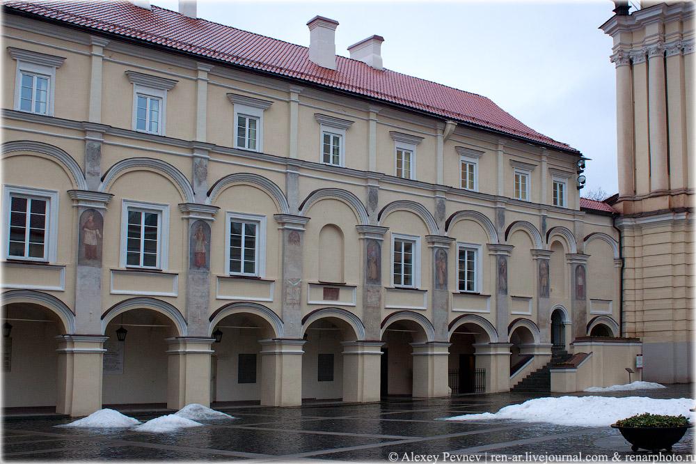 Часть большого двора университета