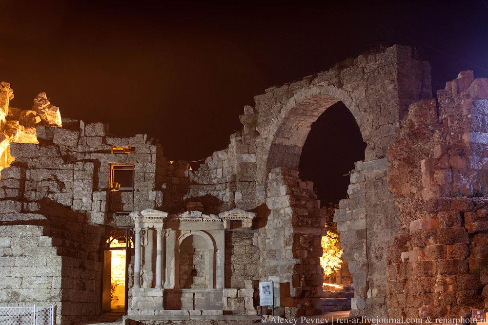 Монументальная арка с фонтаном