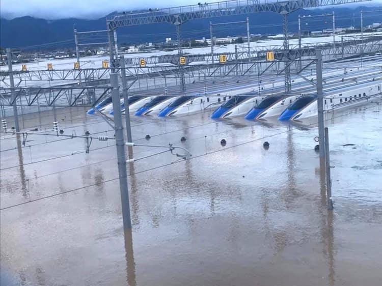 Япония. Полузатопленные Синкансэны после тайфуна