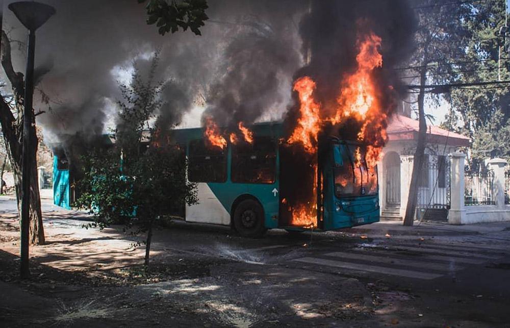 Сантьяго, Чили: погром инфраструктуры и транспорта