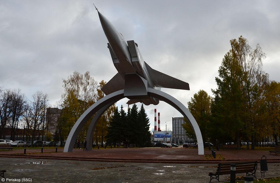 Советские самолёты на заводском заборе