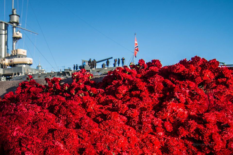 8500 красных гвоздик к Крейсеру Революции