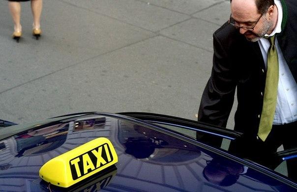 rasplatilas-za-poezdku-v-taksi