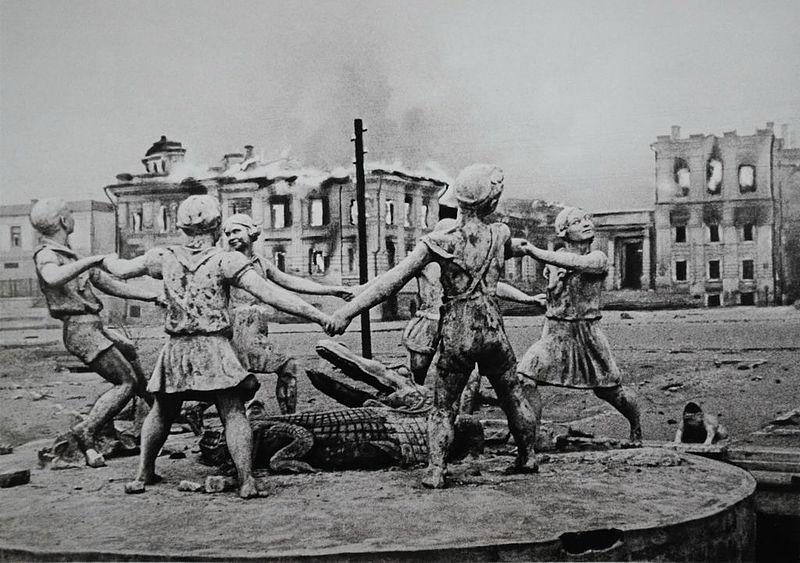 800px-Бармалей_-_фонтан_в_Сталинграде