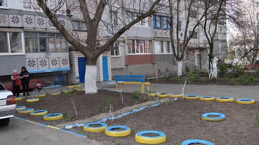 foto-v-zhelto-golubom-dve-pensionerki-iz-raketnogo-urochischa-raskrasili-dvor-svoey-mnogoetazhki-v-cveta-nacionalnogo-flaga-ukrainy-novosti-nikolaeva_9