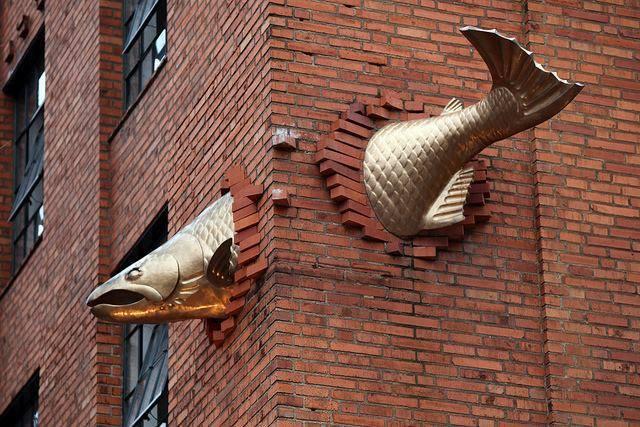 рыба в стене