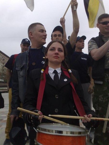 Русский Марш 2013 в Волгограде. За спиной барабанщицы Михаил Ясин сдавший людей в полицию