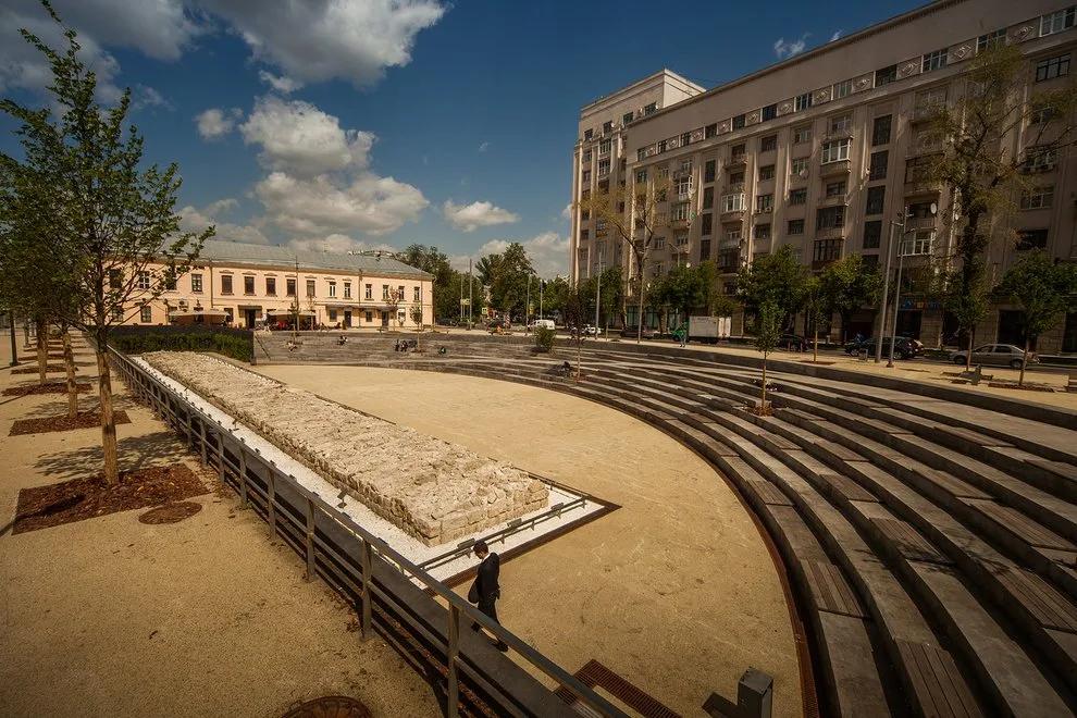 """Нынешний вид Хохловской площади (""""Яма"""") с фрагментом стены Белого города"""
