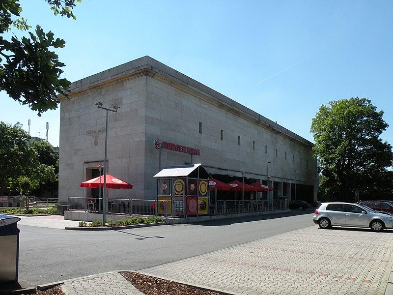 Здание бывшей электроподстанции со следом от орла на торце — с сайта wikipedia.org