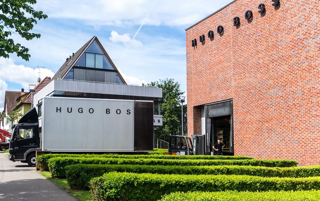 Комплекс зданий компании Hugo Boss в Метцингене — историческая фабрика на заднем плане