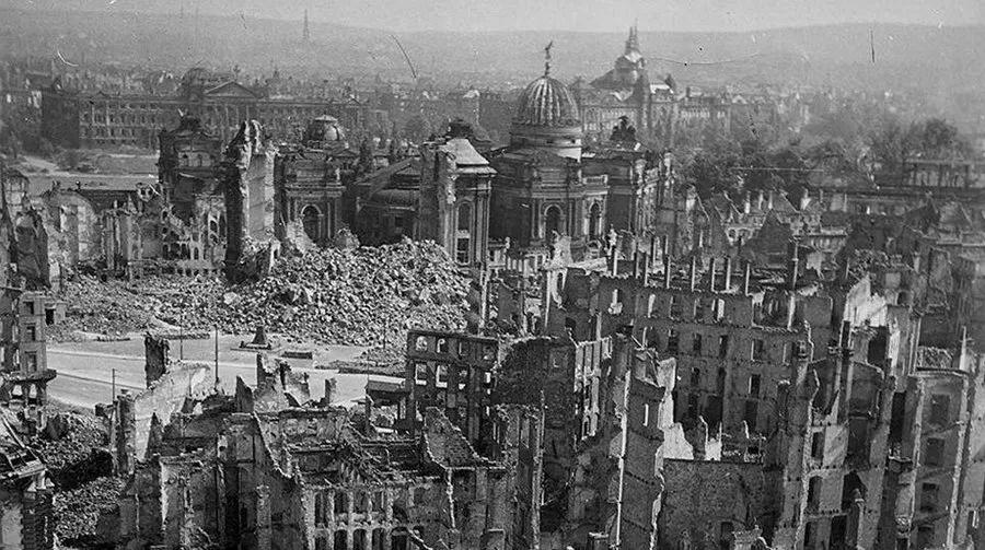 Дрезден после бомбардировки союзниками
