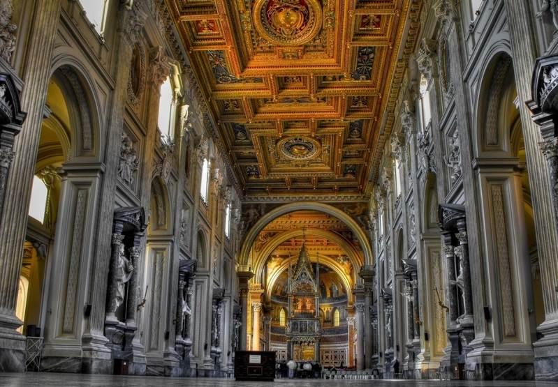 Центральный неф базилики со статуями апостолов