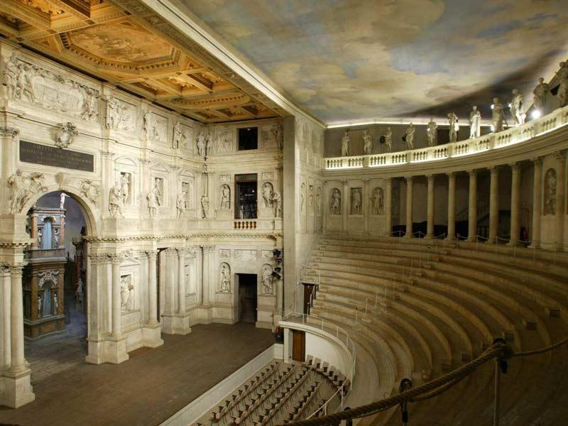 Зрительный зал театра Олимпико в Виченце — одного из первых оперных театров
