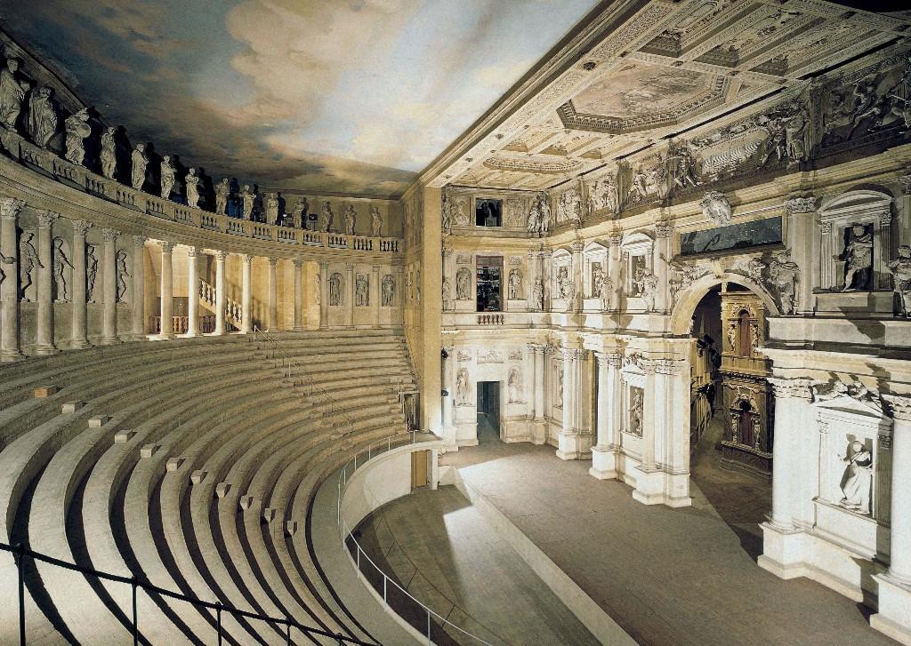 Зрительный зал и сцена театра Олимпико в Виченце