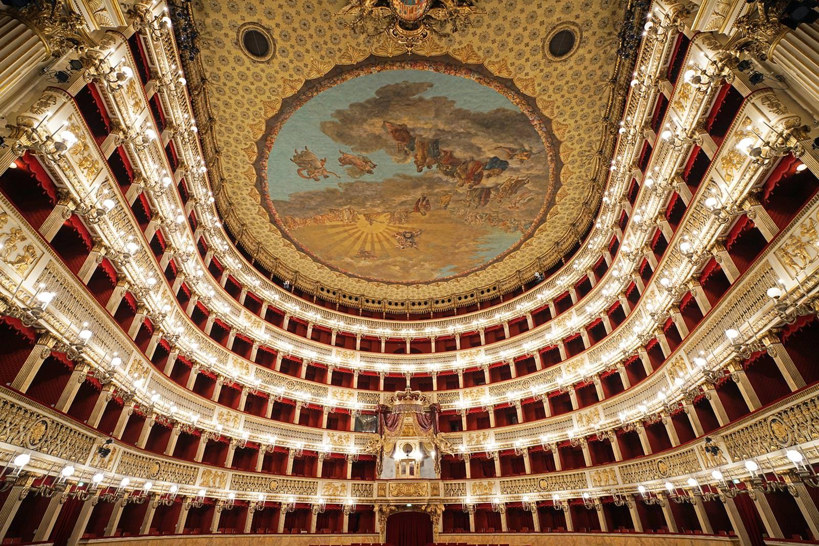 Зрительный зал театра Сан-Карло в Неаполе