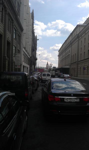 Петровка ЦУМ парковка второй ряд