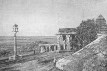 Шравана Белгола. Столб-светильник в храмовом комплексе, Xв.