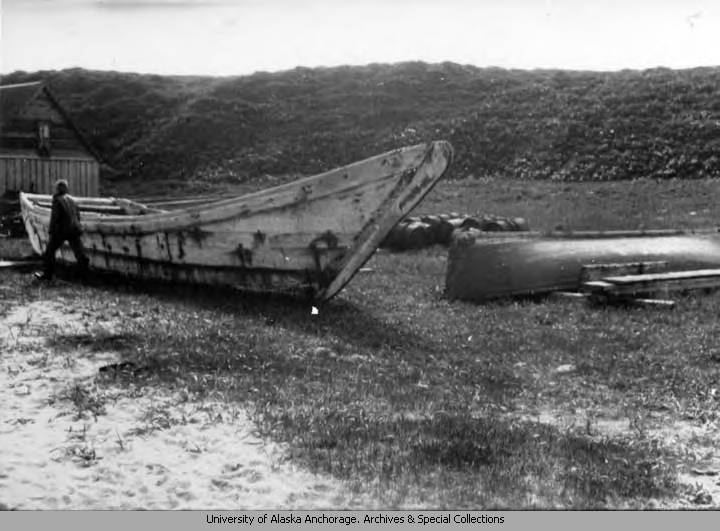 Old_time_boat_on_shore.jpg