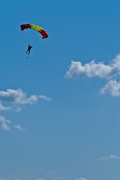 Парашютист с красивым парашютом