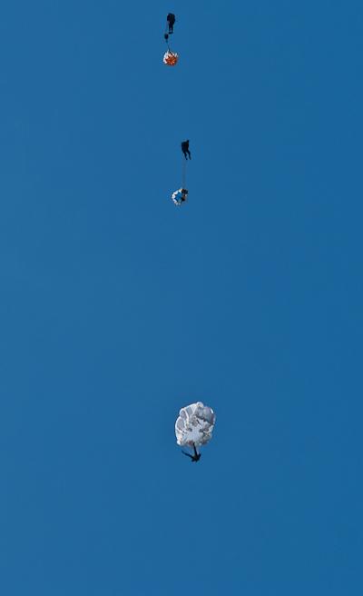 Три парашютиста с нераскрытыми парашютами