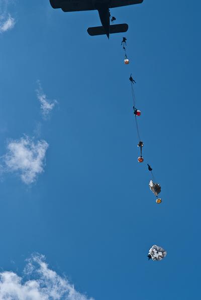Вывалювающиеся из Ан-2 парашютисты