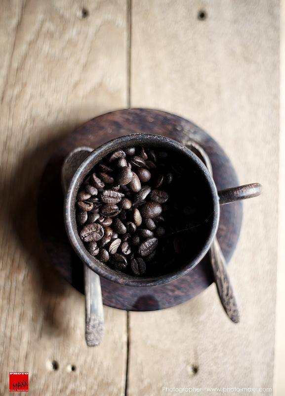 Granos de café en la taza