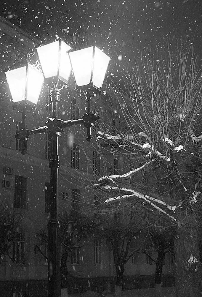 картинка снегопад и фонарь фото ниже