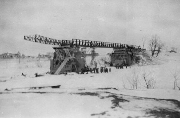 Vzorvannyj-most-cherez-r.-Tuskar-konets-1941-g.-Nemtsy-nachinayut-ego-vosstanovlenie..jpg