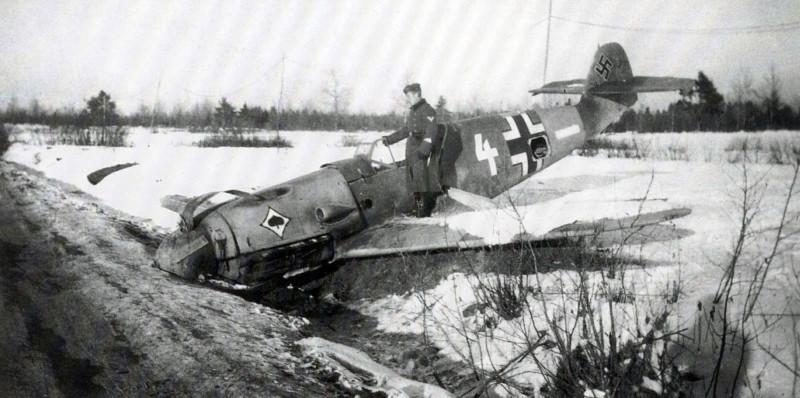 Севший на вынужденную посадку Bf-109 F4 и его пилот.
